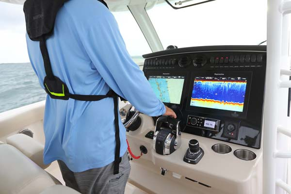 Boston Whaler 380 Outrage cockpit