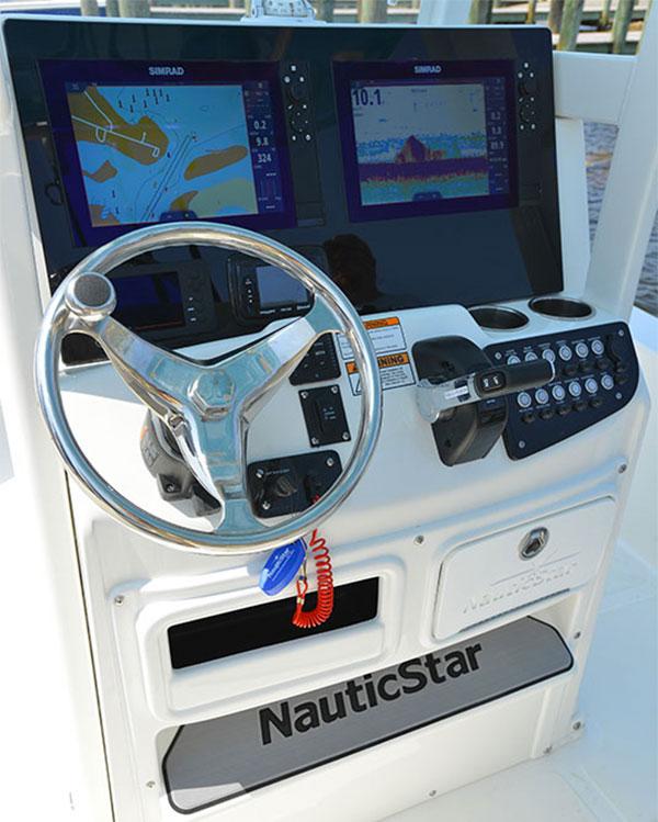 NauticStar 265 XTS helm