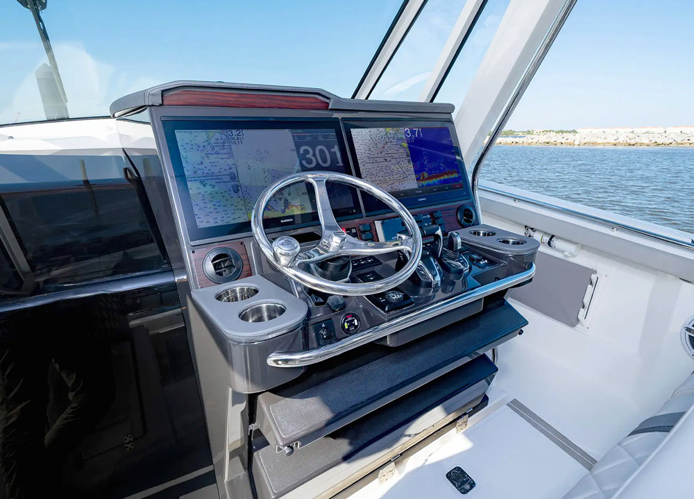 Pursuit S 428 cockpit