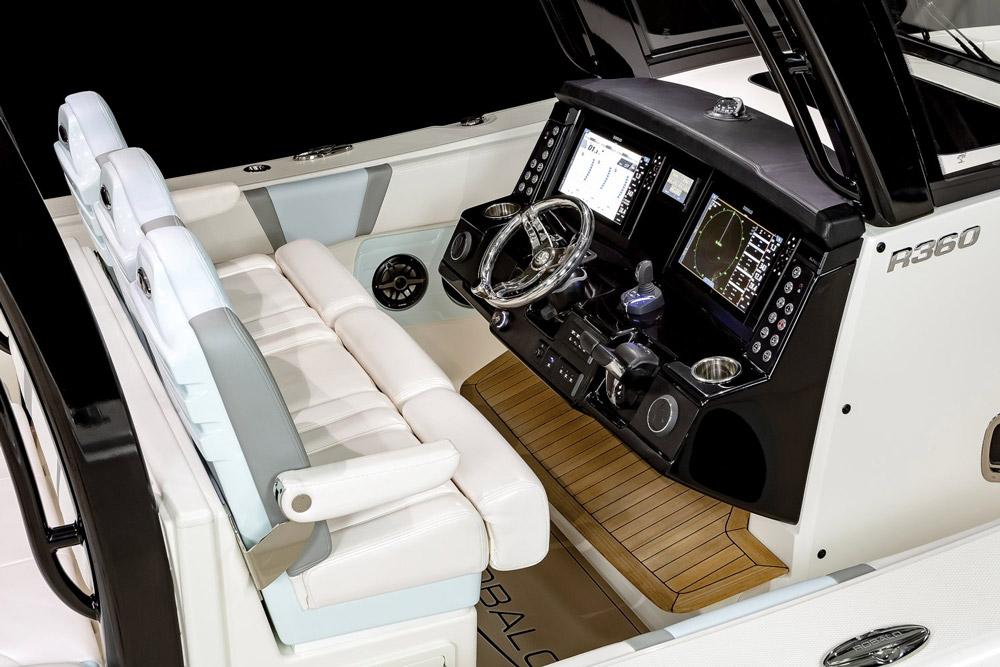 Robalo R360 cockpit