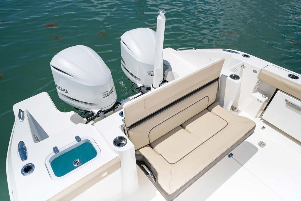 Pursuit DC 326 transom seating